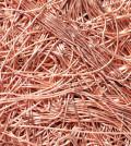 Медь сегодня является одним из самых востребованных в промышленности металлов, благодаря высоким показателям электро- и теплопроводности. Использование меди из вторичных источников играет важную роль, поэтому сбор лома большинство приемных пунктов старается сделать как можно более удобным. Существует несколько самых распространенных типов лома, которые отличаются по своим свойствам, следовательно, и приемной цене. Самым дорогим и качественным сырьем является лом электротехнической меди. Такой материал обычно получают из мощных силовых кабелей, проводов. Для их изготовления используется высококачественный металл марки М0 или М1, который отличается чистотой, а также стойкостью к окислению. Желательно, чтобы толщина медных жил для сдачи была от 1,5 мм. На металле не должно быть краски, полуды либо других значительных загрязнений. Далее по уровню качества следует кусковое сырье. К нему относят фрагменты кабелей, трубки, обмотку, подводящие шины и так далее. При этом кусковым считается материал, имеющий длину и толщину не 2 мм. Чтобы сдать лом меди кускового типа по хорошей цене, важно очистить ее от сторонних примесей и загрязнений различного типа. Медь «микс» - это своеобразная смесь разнородных фрагментов из чистого металла или его сплавов: куски деталей, обломки кабеля или труб. При этом микс обычно загрязнен полудой, лакокрасочными отходами. После переплавки и очистки меди из него выходит немного, поэтому и цена приема материала не очень высокая. Немаловажно, что не все приемные пункты готовы взять такое сырье, предпочитая работать с электротехнической или кусковой медью. Стружка и производственные отходы получаются при заводской обработке различных изделий из меди, изготовлении деталей, фрезеровке, сверлении. В зависимости от того, как именно обрабатывали материал, стружка может быть длинной витой или короткой сыпучей. На заводах такой продукт обычно фасуют в крупные мешки. Чистый материал встречается крайне редко, обычно стружка загрязнена побочными продуктами про