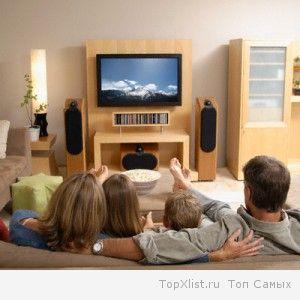 смотрят телевизор